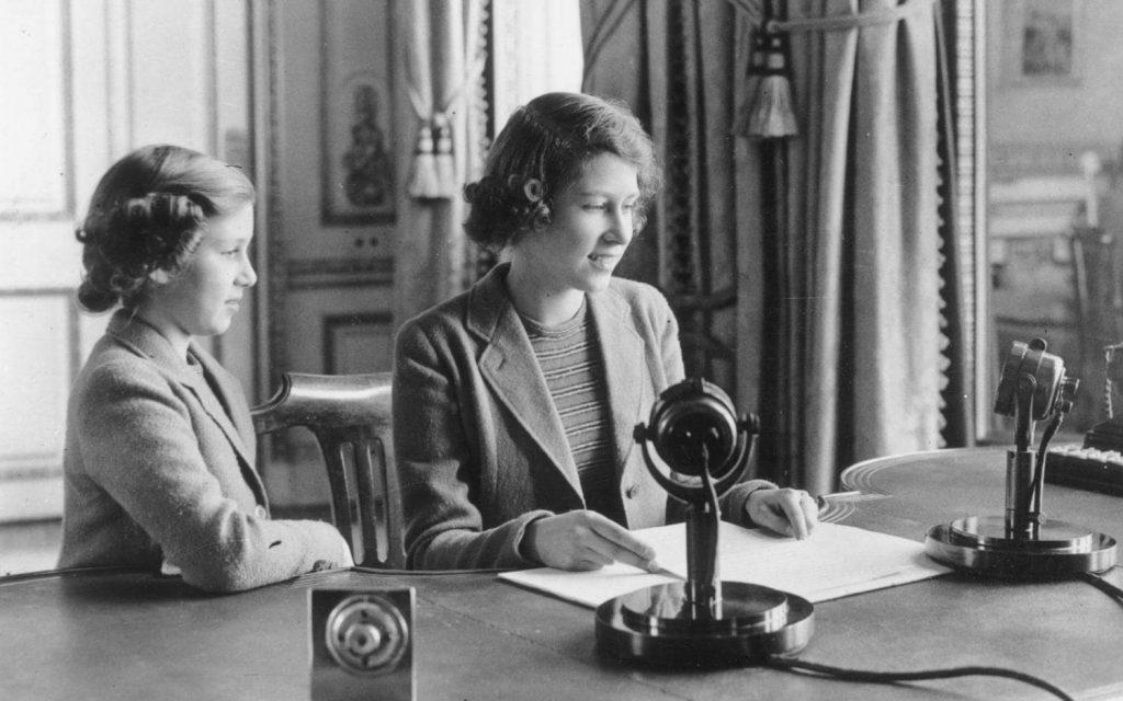 A então princesa Elizabethem usa primeira transmissão de rádio em 1940